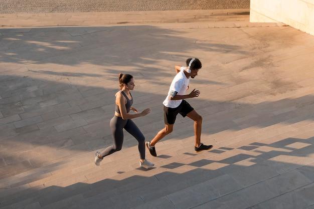 Adultos jóvenes haciendo fitness al aire libre