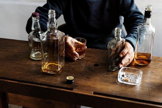 Adultos que consumen alcohol disparan