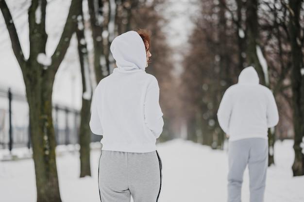 Adultos de tiro medio corriendo al aire libre