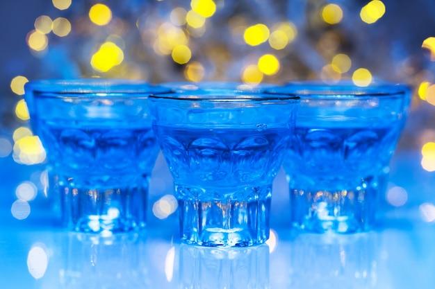 Los adultos van a discotecas para beber alcohol y divertirse