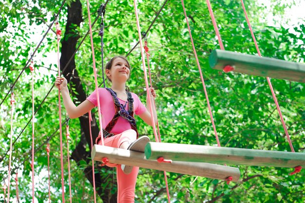 Adventure climbing high wire park - senderismo en la cuerda park girl