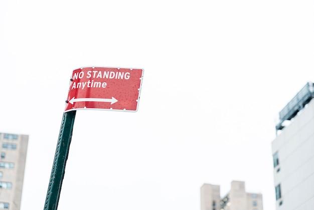 Advertencia calle cartel con fondo borroso