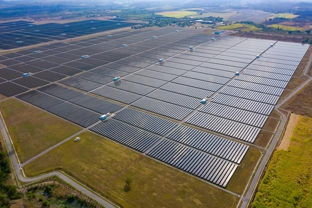 Aérea sobre vista de células solares área granja granja en tailandia