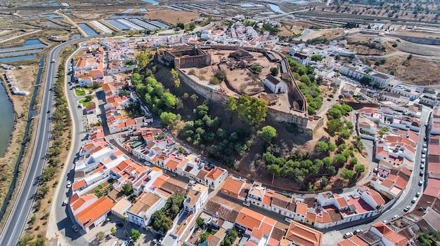 Aéreo. antiguas murallas del asentamiento militar del castillo de castro marim, portugal