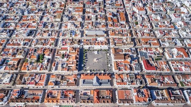 Aéreo. formas geométricas del pueblo vila real santo antonio desde el cielo