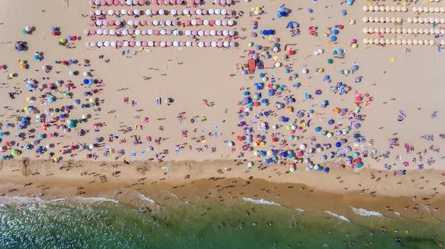 Aéreo. foto abstracta del mar, playa y turistas desde el cielo.