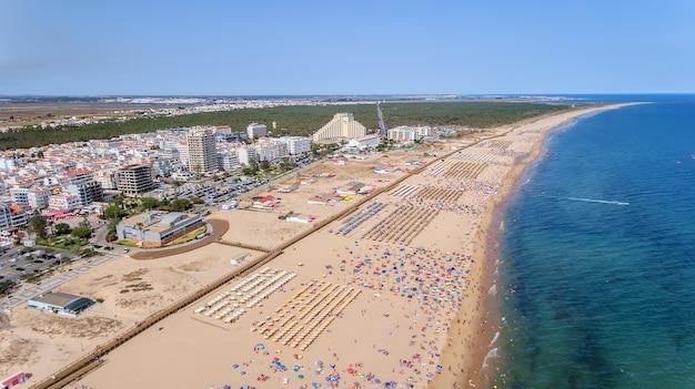 Aéreo. foto del cielo de las playas de monte gordo, tomada desde el avión no tripulado. portugal, algarve