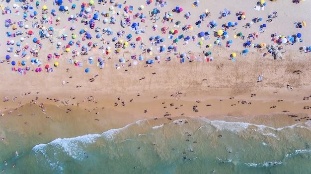 Aéreo. fotografía conceptual de la playa y los turistas. del cielo