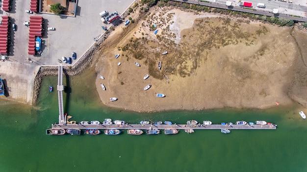 Aéreo. puerto, muelle de barcos pesqueros. vista panorámica. cabañas tavira