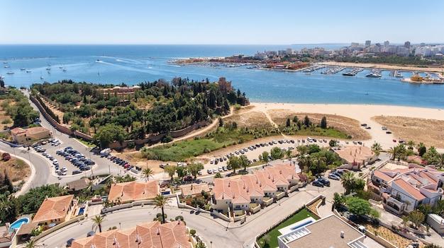 Aéreo. vista desde la entrada del cielo al puerto deportivo de portimao. carvoeiro