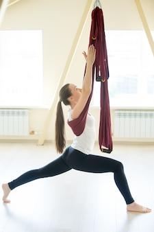 Aerial yoga: pose de guerrero