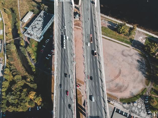 Aerialphoto tornillo puente sobre el río neva. san petersburgo, rusia. flatley