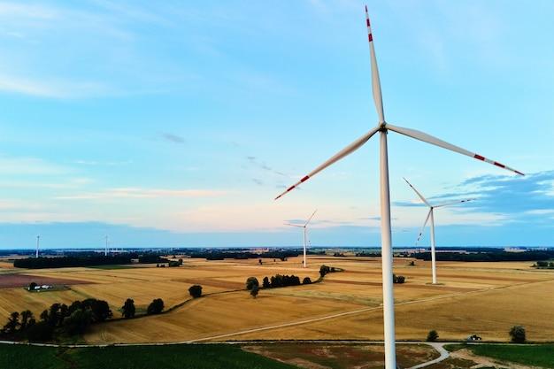Aerogenerador en el campo concepto de energía eólica