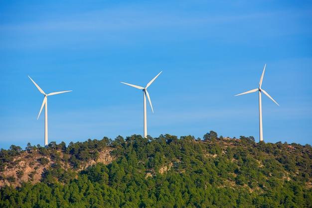 Aerogeneradores molinos de viento en la cima de la montaña.