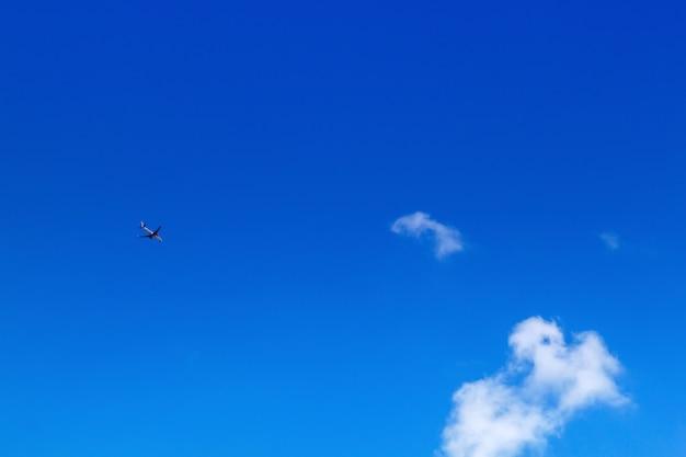 Aeroplano en el cielo en el cielo azul y las nubes blancas.