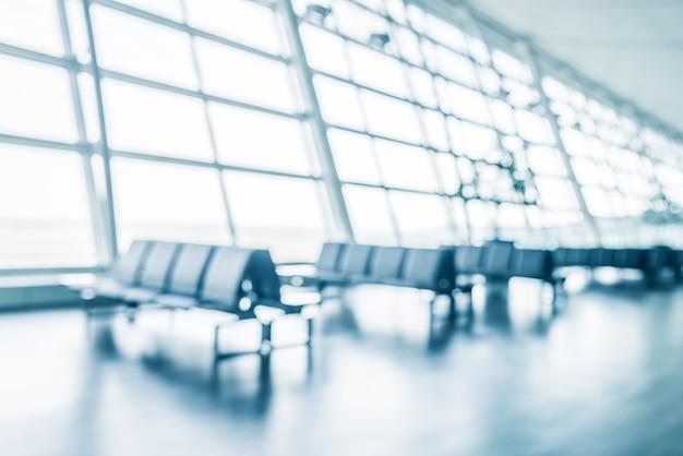 Aeropuerto con filas de asientos