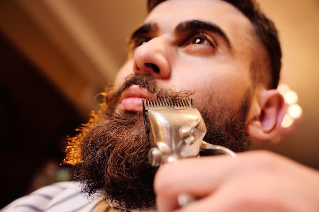 Afeitándose la barba en la barbería.