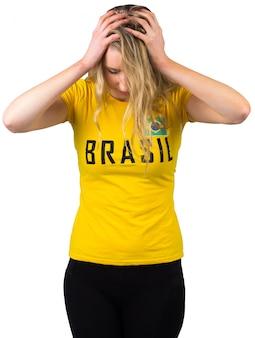 Aficionado al fútbol decepcionado en camiseta de brasil