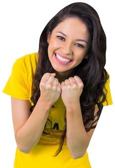 Aficionado al fútbol emocionado en camiseta de brasil