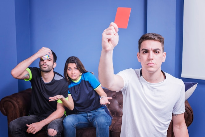 Aficionado enseñando tarjeta roja