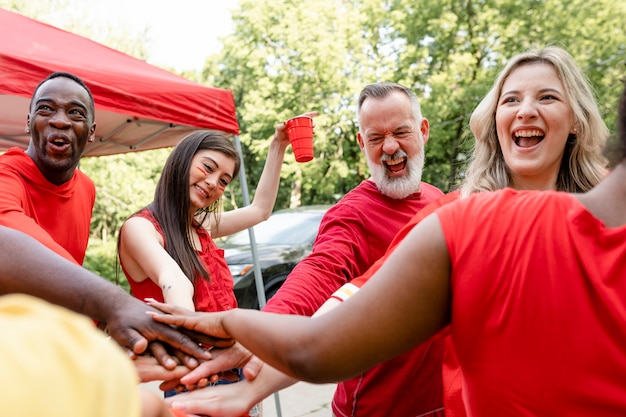 Aficionados al deporte en un grupo en un evento en el portón trasero