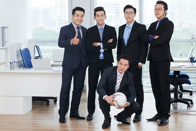 Aficionados al fútbol en el lugar de trabajo