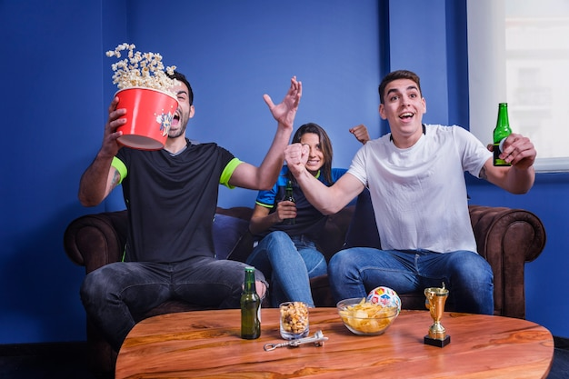 Aficionados celebrando con palomitas