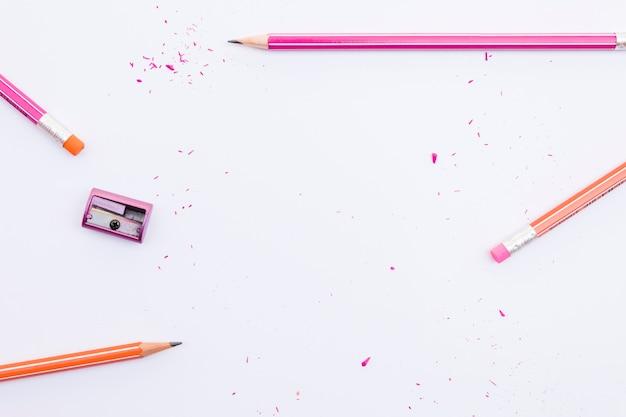 Afilador acostado cerca de lápices de grafito