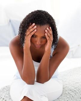 Afro-amrican mujer teniendo un headhroom