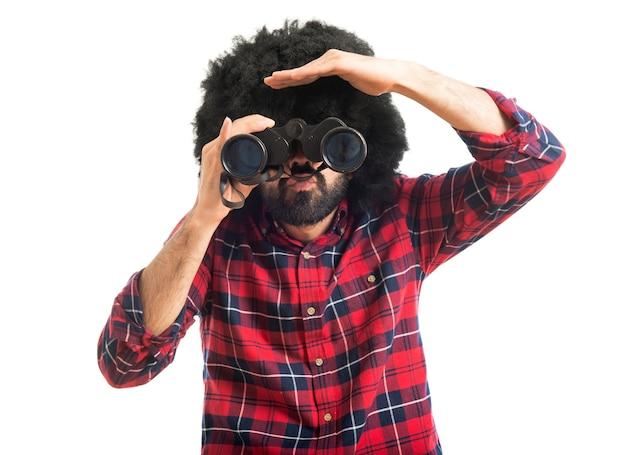 Afro con binoculares