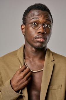 Un afroamericano en gafas