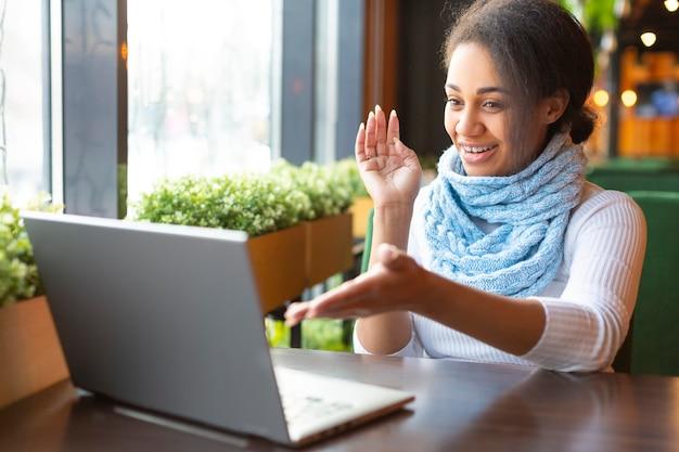 Afroamericano gesticula activamente durante una conversación. concepto de educación en línea.