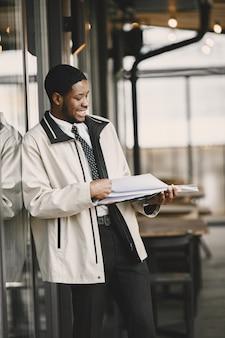 Afroamericano preparándose para una reunión de negocios