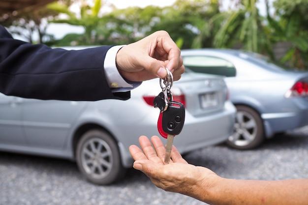 La agencia envió las llaves del automóvil a los inquilinos con fines de viaje