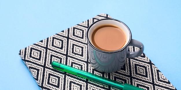 Agenda de planificación con taza de café
