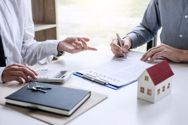 Agente agente que presenta y consulta al cliente para la toma de decisiones firmar acuerdo de forma de seguro