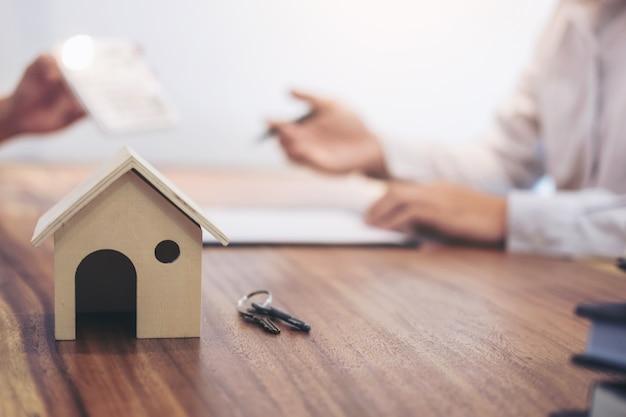 El agente agente tiene documentos gráficos de gráficos de inversión de préstamos