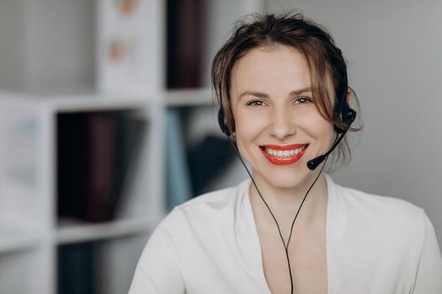 Agente de atención al cliente de la mujer recepcionista use auriculares consulte al cliente en línea