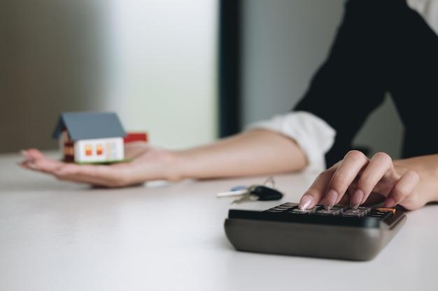 Agente de bienes raíces agente de análisis y tomar la decisión