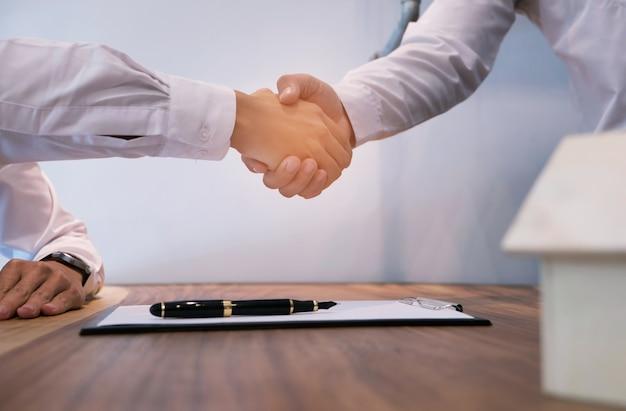 Agente de bienes raíces apretón de manos. concepto de reunión de asociación empresarial