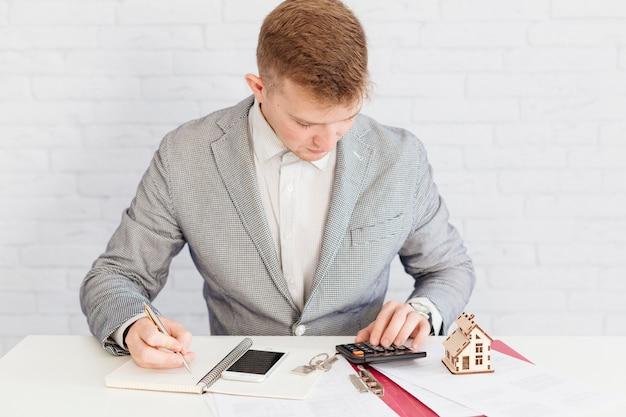 Agente de bienes raíces contando y trabajando