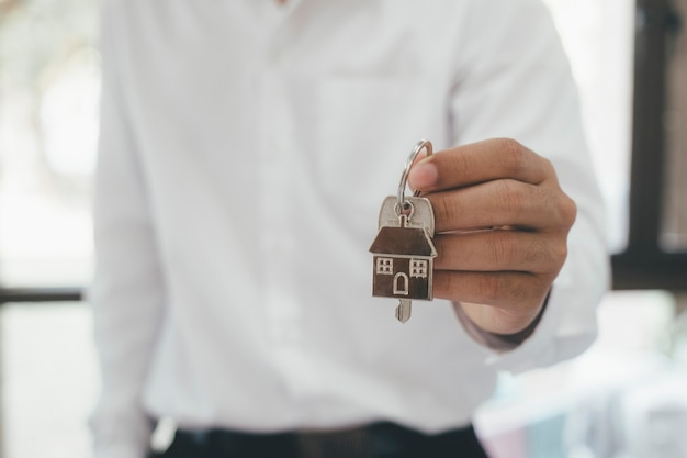 Agente de bienes raíces contrato de listado de alquiler de casa residencial. oferta de compra casa, alquiler de inmuebles. dar, ofrecer, demostrar, entregar llaves de casa.