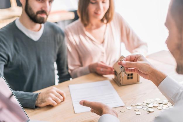 Agente de bienes raíces dando claves a los clientes