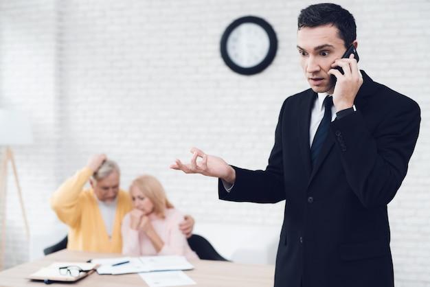 El agente de bienes raíces está discutiendo con entusiasmo algo en el teléfono