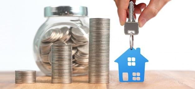 Agente de bienes raíces entregando las llaves de la casa en la mano