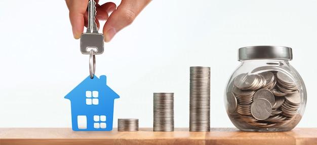 Agente de bienes raíces entregando las llaves de la casa en una mano