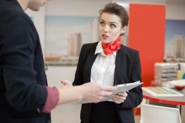 Agente de bienes raíces hablando con el cliente