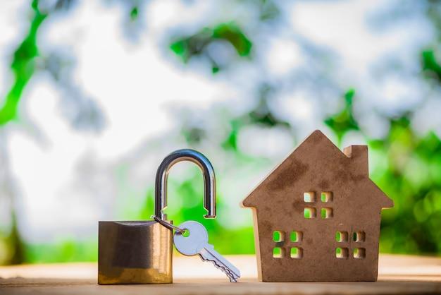 Agente de bienes raíces con modelo de casa y llaves