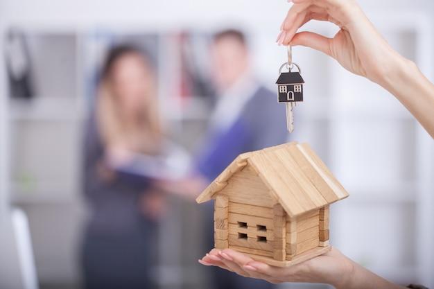 Agente de bienes raíces obteniendo nuevo hogar