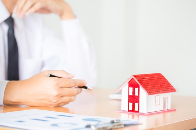 Agente de bienes raíces para presentar la propiedad (casa)
